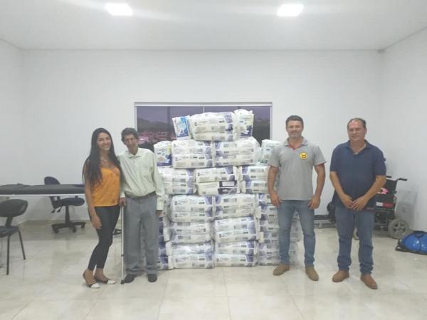 Presidente do Fundo Social de Grama realizou a entrega de fraldas geriátricas para o Lar dos Idosos
