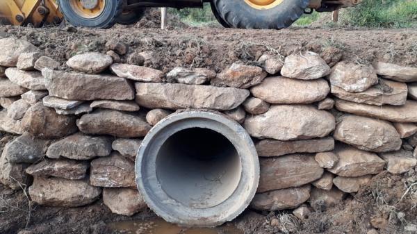 A administração municipal vem realizando manutenção nas estradas rurais do município