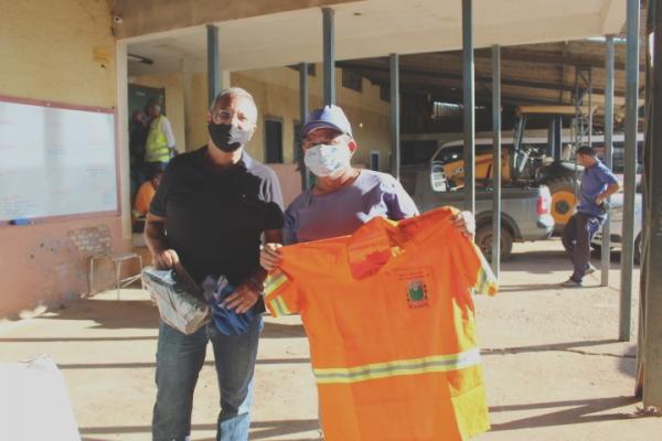 Prefeitura entrega uniforme e EPIs para os coletores de lixo