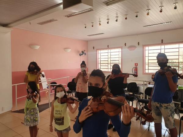 Iniciadas as aulas de violino e viola clássica